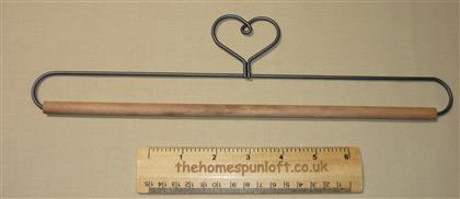 "12"" Heart Wire Quilt Hanger With Wooden Dowel"