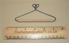 "4"" Heart Wire Quilt Hanger With Wooden Dowel"
