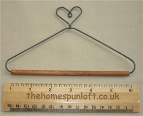 "6"" Heart wire quilt hanger with wooden dowel"